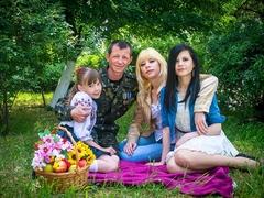 Андрій та Юлія з доньками Альоною і Анею